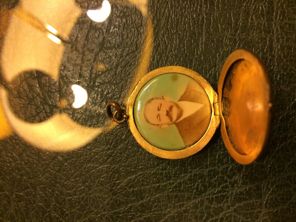Spanish small photo locket